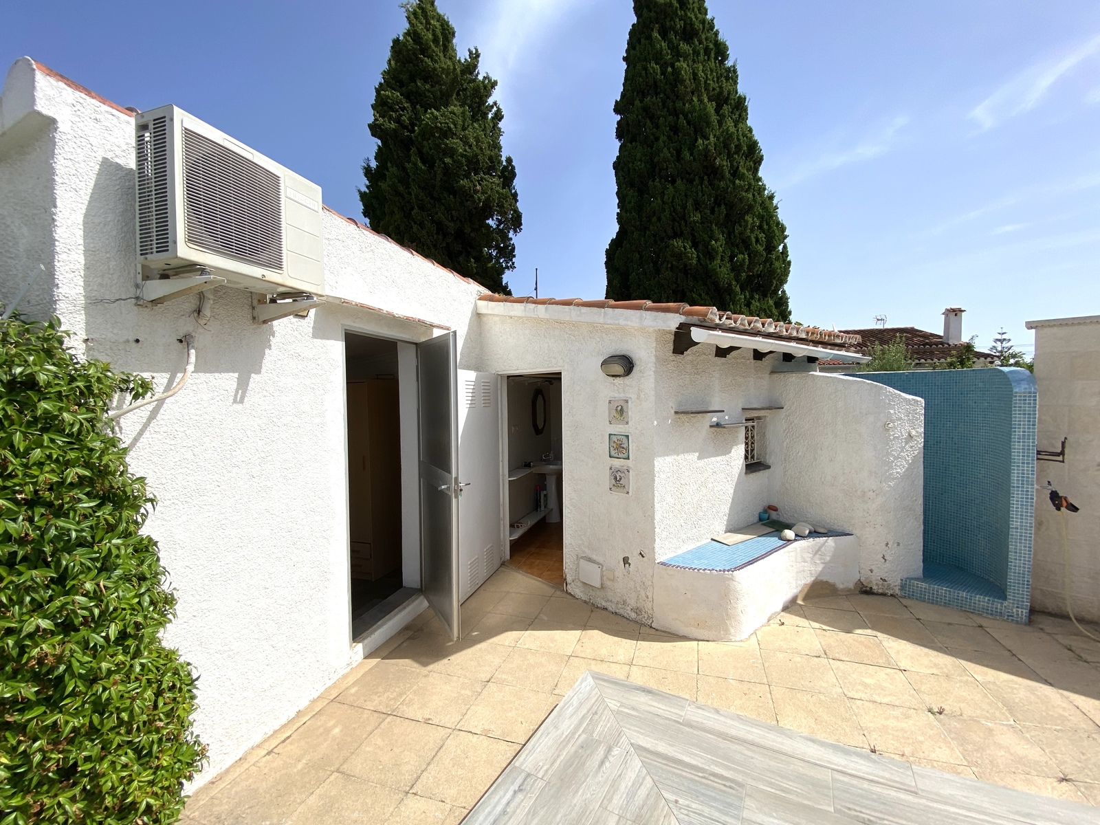 Villa on huge plot with beautiful & large pool, many possibilities and well located!